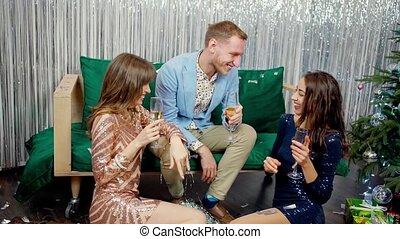 élégant, deux, jeune, champagne, fête, conversation, filles, rire, séance, homme celui, lunettes
