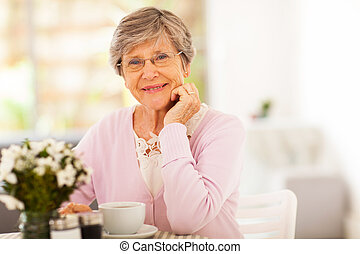 élégant, femme aînée, avoir, thé