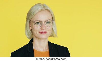 élégant, femme affaires, lunettes