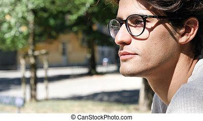 élégant, jeune homme, debout, dans, parc ville
