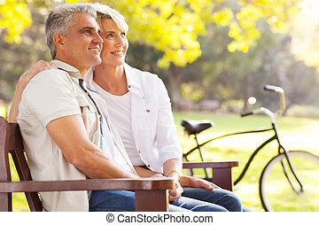 élégant, mi, âge, couple, rêvasser, retraite, dehors