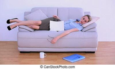 élégant, réveiller, fatigué, femme affaires
