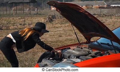 élégant, voiture, cassé, regarde, sous, girl, capuchon