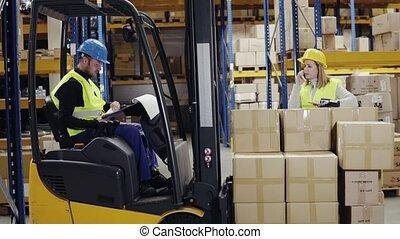 élévateur, ouvriers, smartphone, jeune, warehouse.