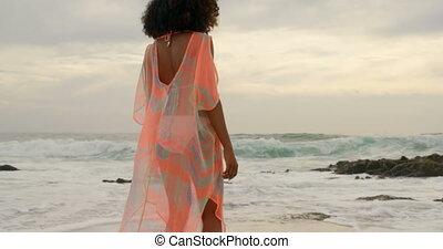 élévation, elle, beau, mélangé-race, bras, plage, femme