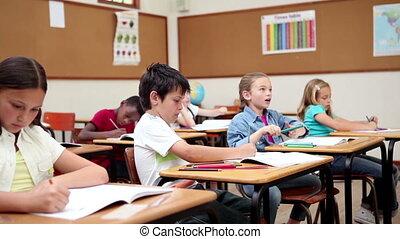 élévation, leur, élèves, bras ensemble