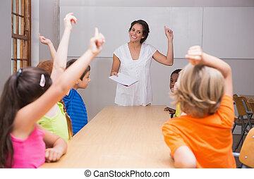 élévation, mains, leur, mignon, élèves, classe