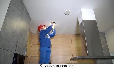 électricien, ceiling., haut, mené, mari, lumière, sourire, ouvrier, pouces, installer