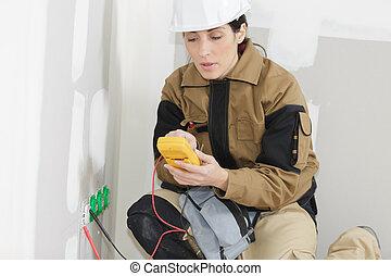 électricien, douille, mur, installation, électrique, femme