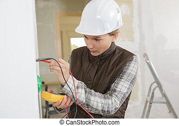 électricien, douille, mur, installation, jeune, électrique, femme