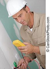électricien, douille, vérification, installed, mur, électrique, tension, partiellement