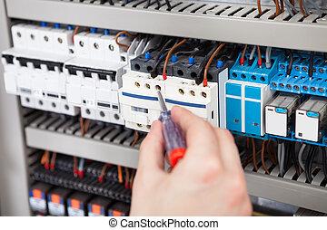 électricien, examiner, fusebox, à, tournevis