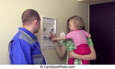 électricien, expliquer, pour, femme foyer, femme enfant, comment, à, usage, disjoncteur