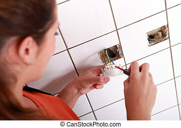électricien, femme, électrique, installation, sortie