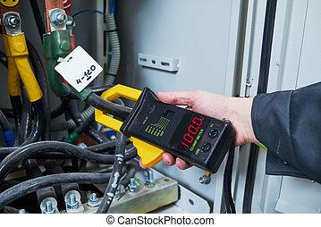 électricien, mesures, à, multimètre, testeur