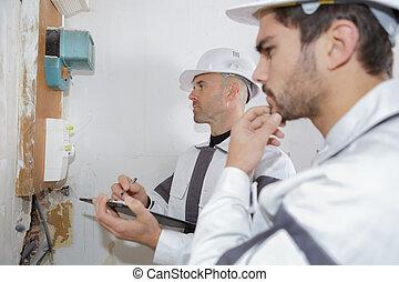 électricien, ouvriers, vérification, tension, de, a, fusible, planche