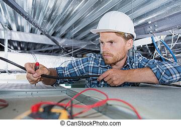 électricien, vérification, câblage, dans, bureau