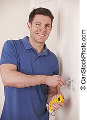 électricien, vérification, câblage, sur, commutateur électrique