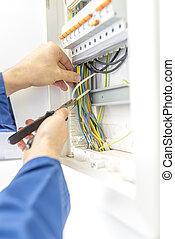 électricien, vérification, les, câblage, dans, a, boîteà fusibles