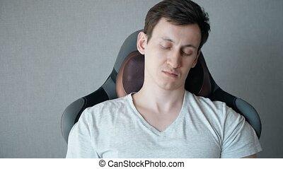 électrique, séance, fauteuil, jeune, oreiller, masage, homme