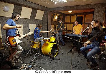 électro, fonctionnement, joie, rocher, création, deux, une, keyboarder, musiciens, band., guitares, batteur, girl, chanteur, studio.
