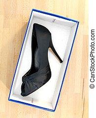 élevé, armé, chaussure noire