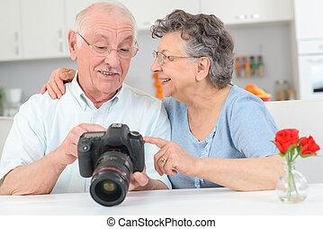 élevé, couple, appareil photo, personnes agées, actionné