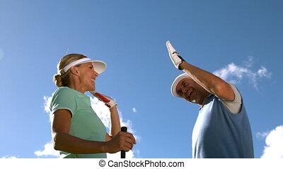 élevé, couple, jouer golf, g, fiving