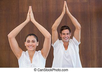 élevé, couple, yoga, paisible, mains, blanc, ensemble