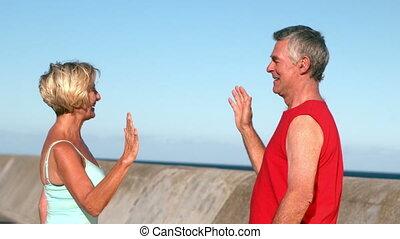 élevé, couples aînés, fiving