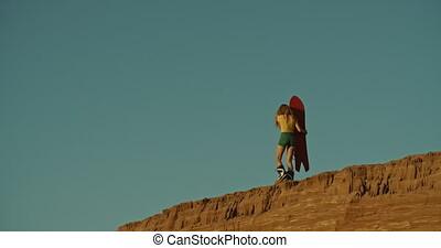 élevé, femme, coucher soleil, lumière, sandboarder, falaise