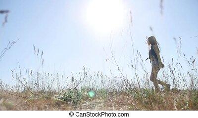 élevé, femme, nature, bras, lumière soleil, jeune, apprécier, air, travel., frais, girl, herbe