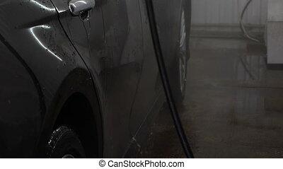élevé, lavage, voiture, pression eau, sous, coup, homme