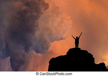 élevé, personne, silhouette, coucher soleil, rocher