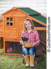 éleveur, poules, gosse, girl, propriétaire ranch, blonds, paysan, jouer, à, poussins, dans, poulet, hencoop