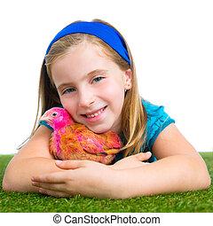 éleveur, poules, gosse, girl, propriétaire ranch, paysan, étreinte, poulet, poussin