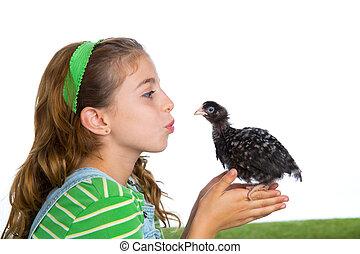 éleveur, poules, gosse, girl, propriétaire ranch, paysan, baisers, a, poulet, poussin