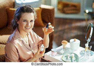 élixir, cosmétique, utilisation, femme heureuse, élégant
