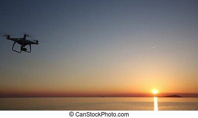 éloigné, voler, ciel, bourdon, coucher soleil, contrôlé