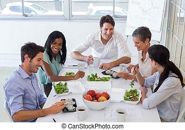 élvez, időz, egészséges, beszélgető, munkás, ebédel