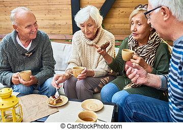 élvez, uzsonna, idősebb ember, kávéház, barátok