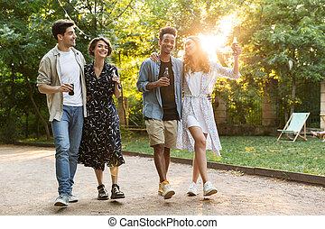 émotif, jeune, amis, dehors, dans parc, amusant, marche.