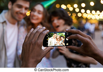 émotif, jeune, amis, dehors, prendre, selfie, par, téléphone.