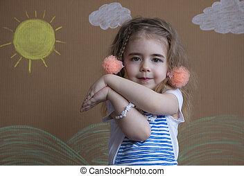 émotif, portrait, petite fille, et, nattes, regarder, les, appareil-photo., fond, de, peint, soleil, et, nuages blancs