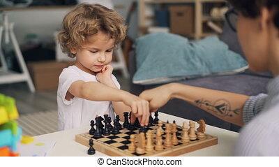 émotion, garçon, positif, morceaux, en mouvement, échecs, exprimer, jeu mère, intelligent