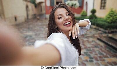 émotion, ville, différent, femme, selfie, après, jeune, pluie, time., appareil photo, poser, séduisant, rue., portrait, grand plan