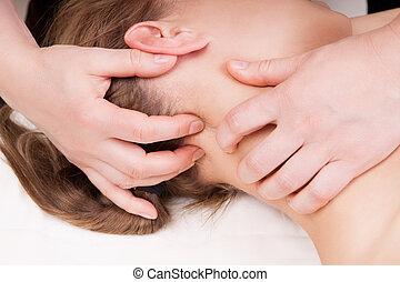énfasis, mujer, aliviar, cuello, ella, obteniendo, punto, presión, terapeuta, masaje