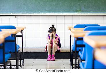 énfasis, niña, pensamiento, sentado, piso, aula