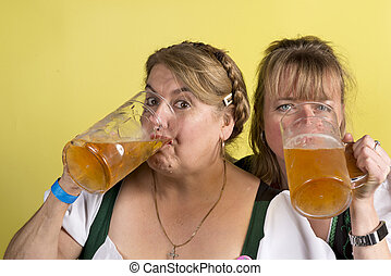 énorme, grandes tasses, deux, cristal, bière, dirndls, boire, femmes
