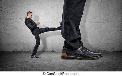 énorme, minuscule, donner coup pied, autre, homme affaires, jambes